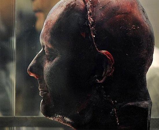 Марк Куин сделал скульптурную композицию «Я сам» из собственной крови