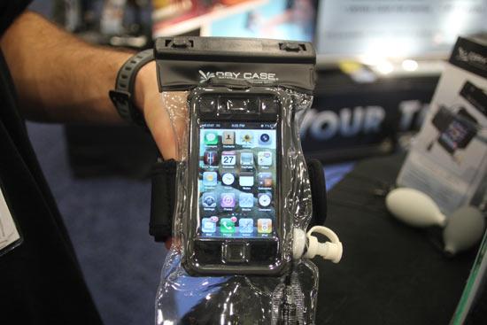DryCASE Water-Proof Case позаботится о вашем мобильном телефоне и mp3-плейрее на пляже