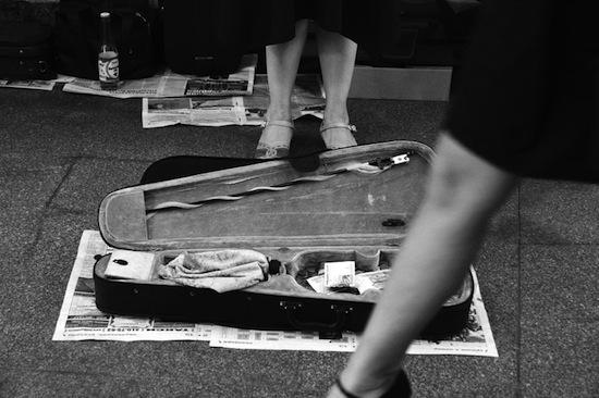 Для того, чтобы играть в подземных переходах, уличные музыканты Торонто должны пройти прослушивание и получить лицензию