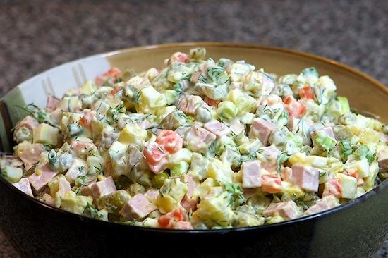 Ингредиенты салата «Оливье» — рябчики, раковые шейки и ланспик, а не варёная колбаса и зелёный горошек