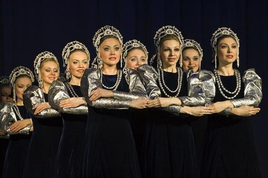 Участницы ансамбля «Берёзка» владеют секретом особого скользящего шага