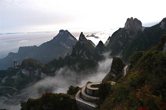 Самая опасная дорога в Китае имеет 99 поворотов