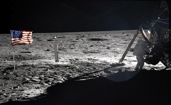 На Луне есть человеческие экскременты