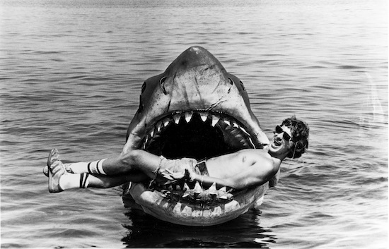 После фильма «Челюсти» Стивен Спилберг никогда не появляется на съёмках последней сцены