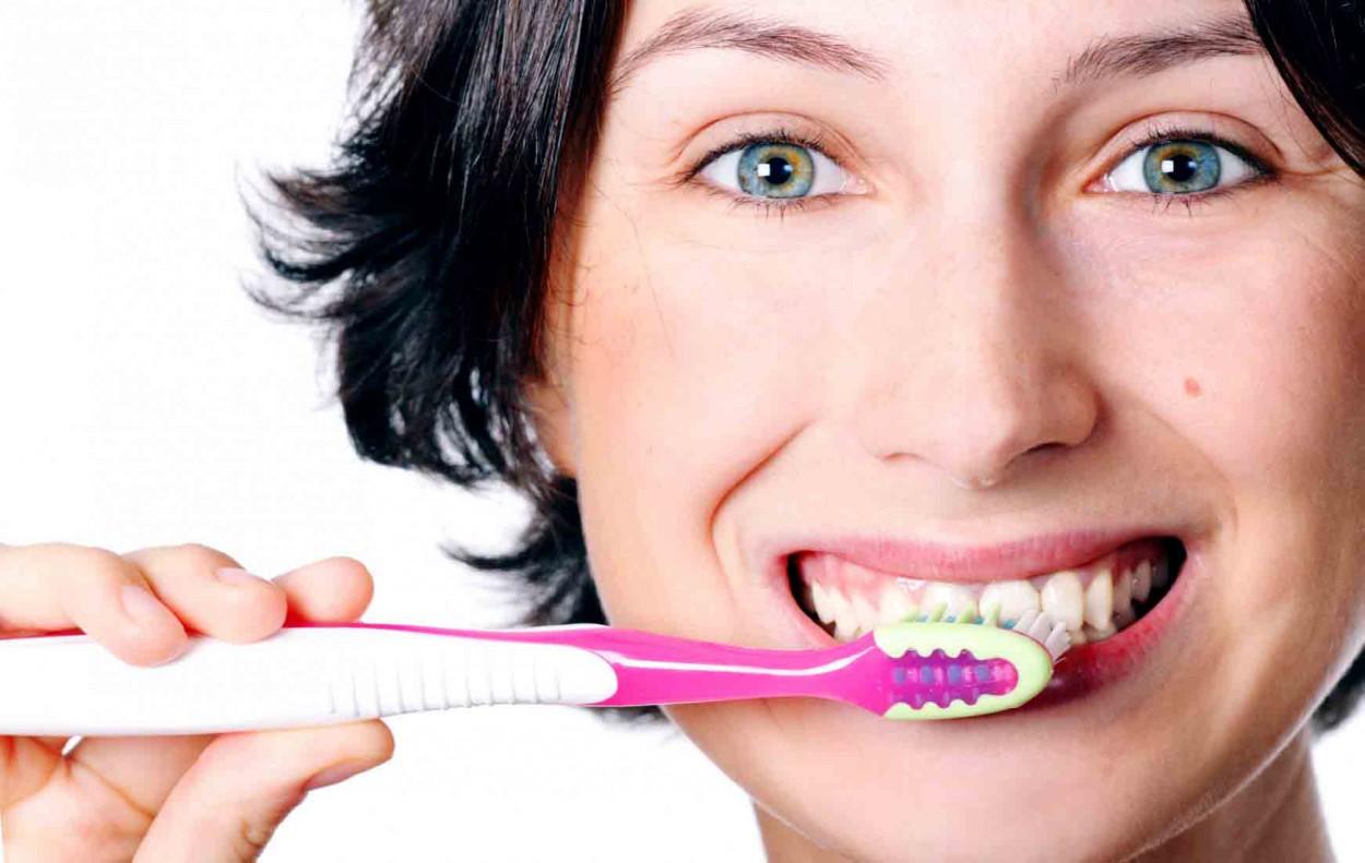 Чистить зубы после каждого приёма пищи вредно