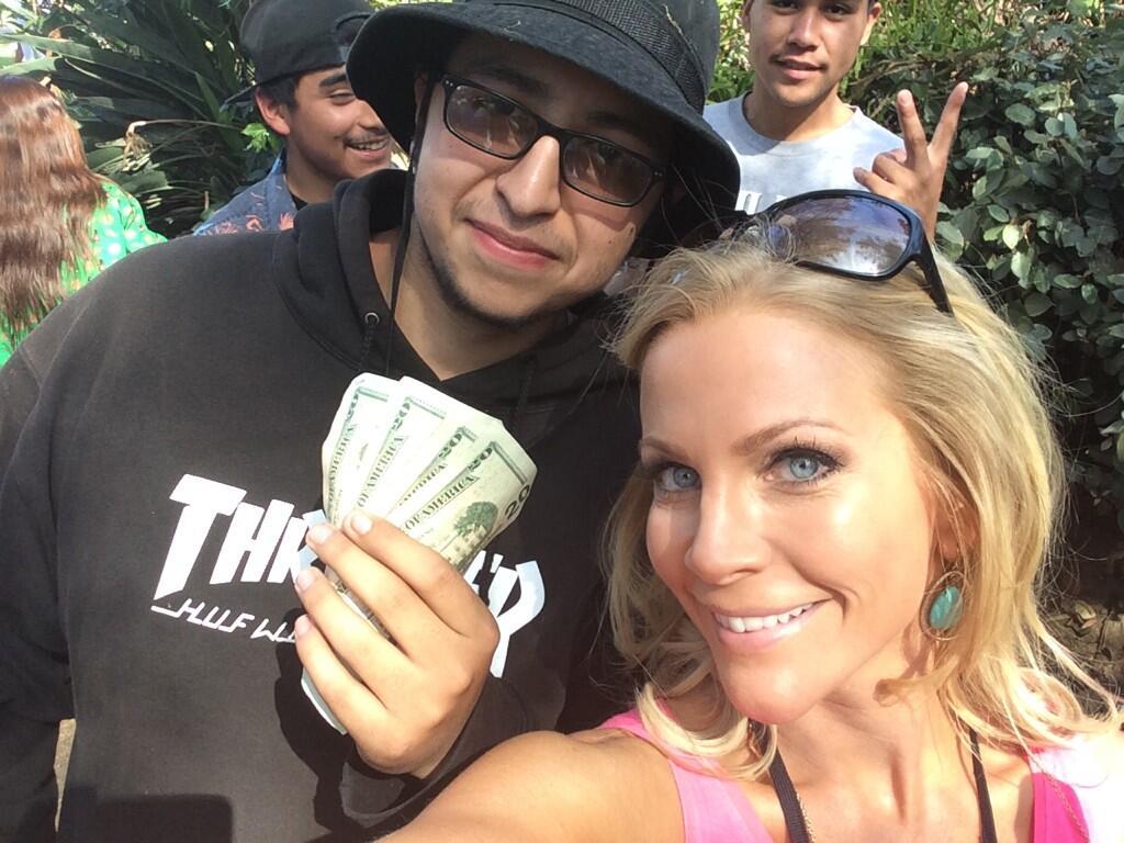 Реально существующий миллионер прячет по всему Сан-Франциско конверты с деньгами