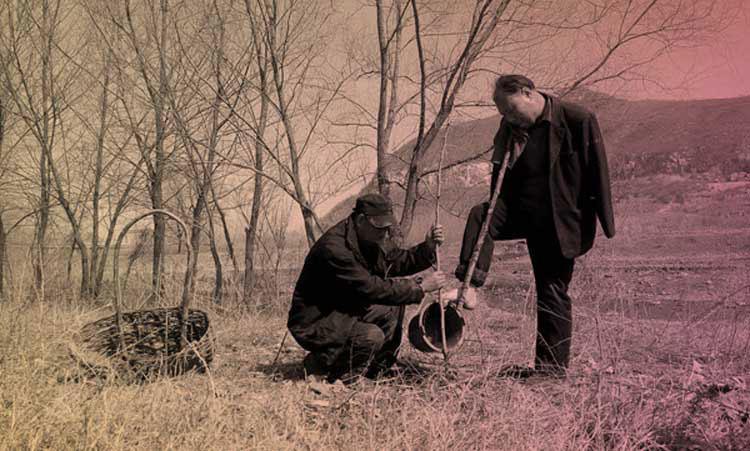 Китайские эко-герои: слепой и его безрукий друг посадили за 10 лет 10 000 деревьев