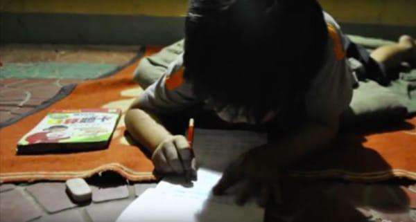Бездомный нашёл на помойке девочку, выброшенную матерью, и решил самостоятельно её воспитать