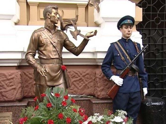 Памятник Давиду Курлянду вОдессе увхода вобластное управление внутренних дел