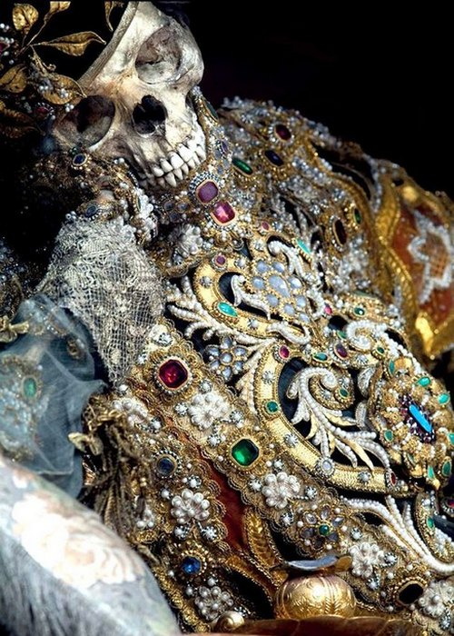 Таємниця римських катакомб: моторошні стародавні скелети, вкриті коштовним камінням