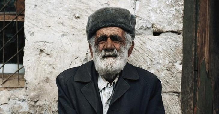 Пожилой кавказец заходит в магазин и обращается к продавцу…