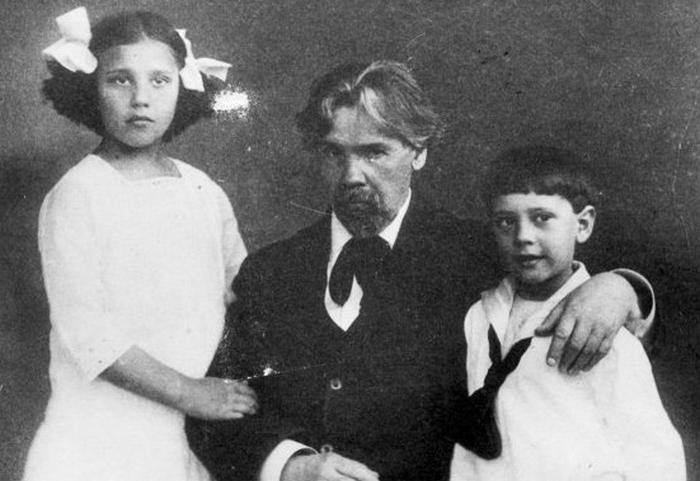 Ната Кончаловская со своим братом и дедом Василием Суриковым.