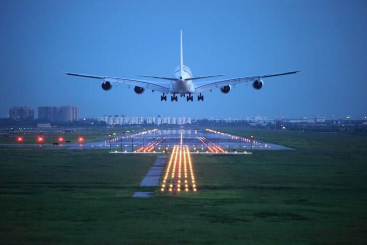 Пассажиры самолёта готовились ко взлёту. Человек, стоявший у взлётной полосы, привёл всех в ужас!