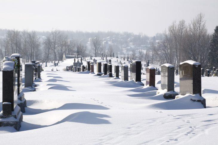 Девушка решила срезать дорогу через кладбище. Кто ж знал, ЧТО из этого получится!