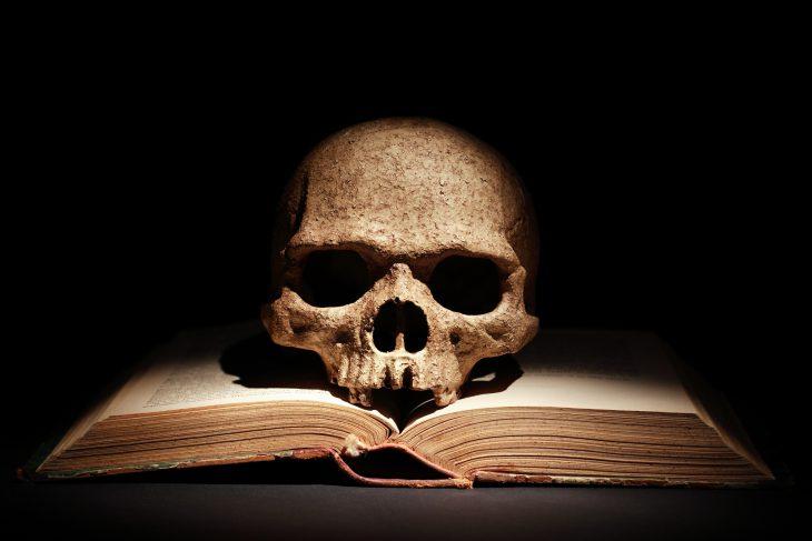 Хозяин книжной лавки продал мальчику книгу под названием «Смерть», но запретил смотреть первую страницу...