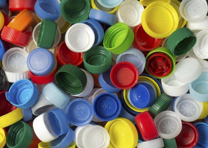 В каждом испанском доме стоит вазочка с пластиковыми крышечками. Причина изумляет!