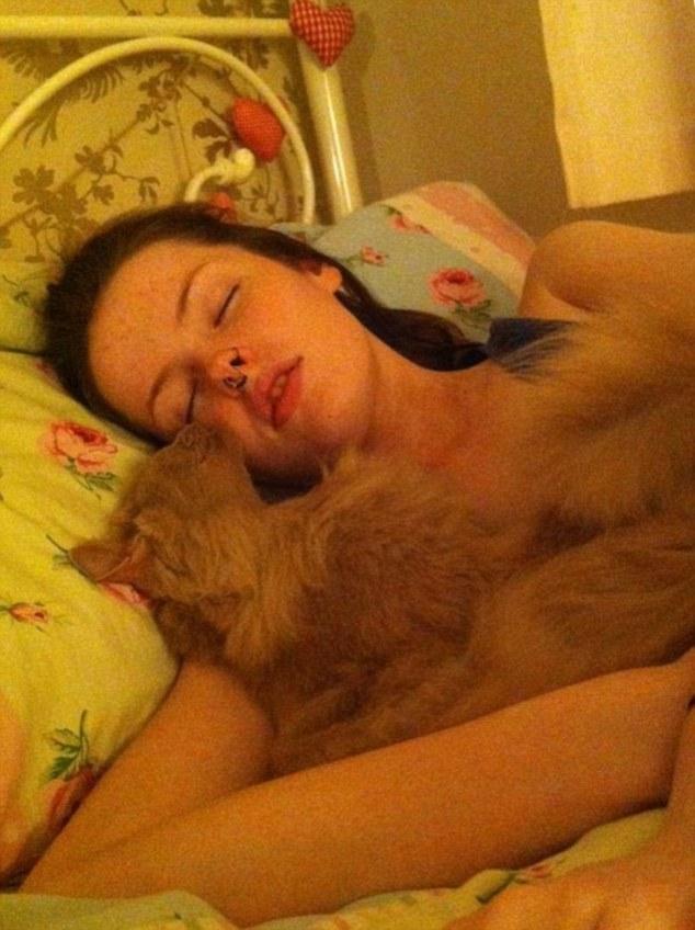 Эта девушка выросла эффектной красоткой, но есть одно «но»... Она спит 22 часа в сутки!