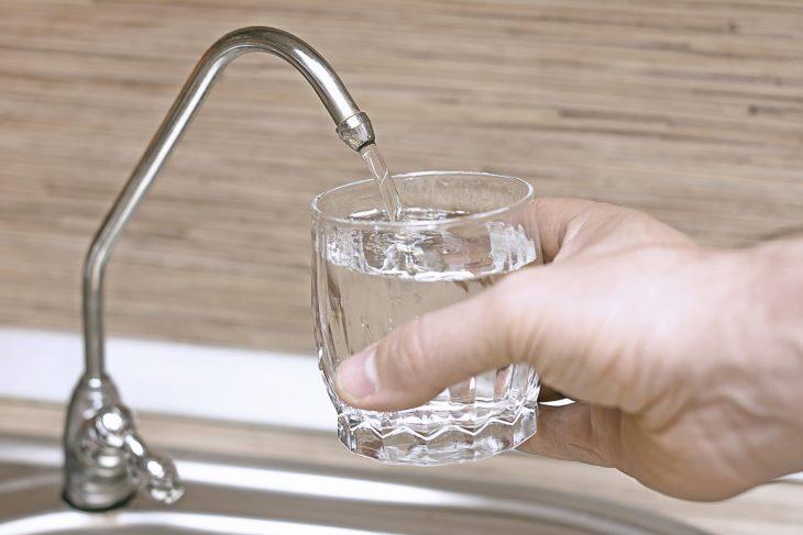 Педиатр объяснил, почему выпивать 8 стаканов воды вдень— нетолько бессмысленно, ноиопасно!