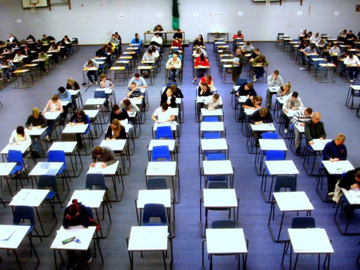 Винституте радиоэлектроники идёт экзамен, преподаватель вызывает очередного студента...
