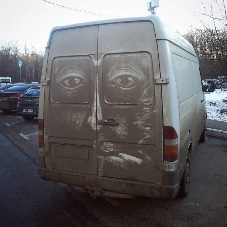 Как можно было нарисовать такие детальные картины на... грязных машинах?!
