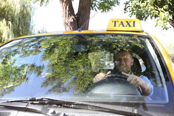 Этот таксист придумал отличный способ троллить нерадивых пешеходов!