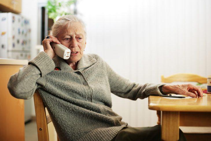 Работаю в телефонной компании. Приходит бабуля выяснять, за что ей выставили счёт на крупную сумму...