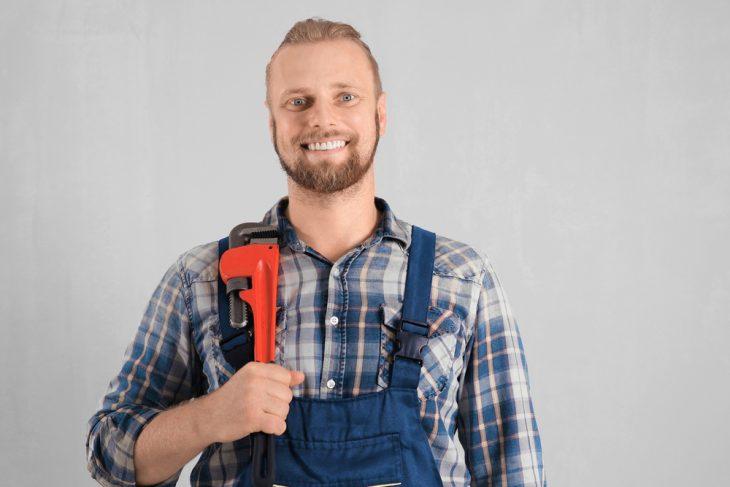 Сантехник настраже безопасности офисных работников
