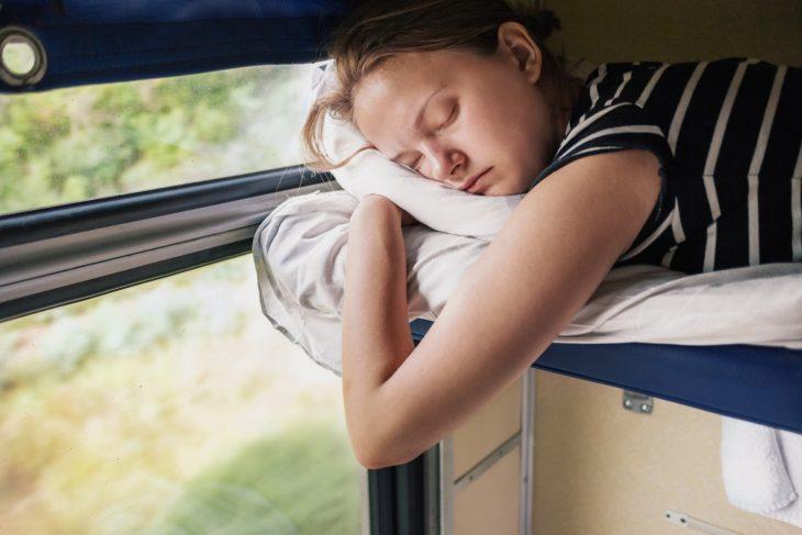 девушка спит на полке поезда видео бабу видел, что