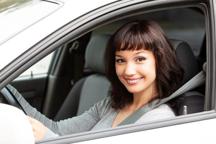 Девушка за рулём автомобиля.