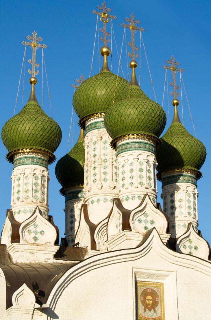 Зеленые купала храма Храм воимя Троицы Живоначальной