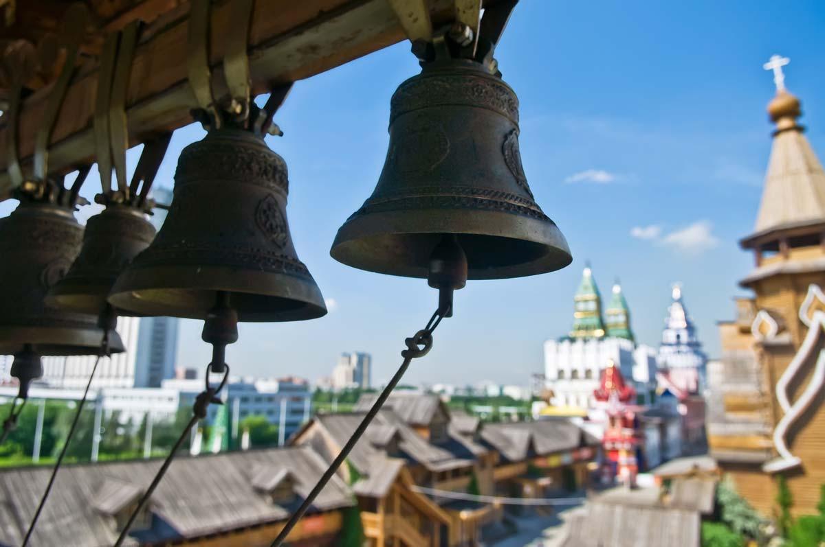 Колокола на колокольне в Измайловском Кремле