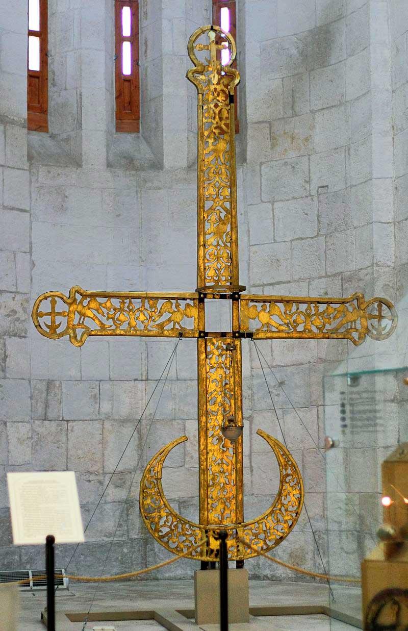 Полумесяц на кресте некогда возвышавшийся над Дмитриевским собором во Владимире.