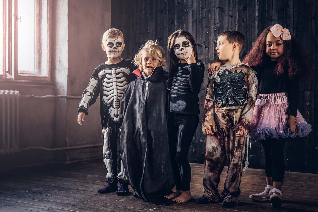 Дети в костюмах на Хеллоуин