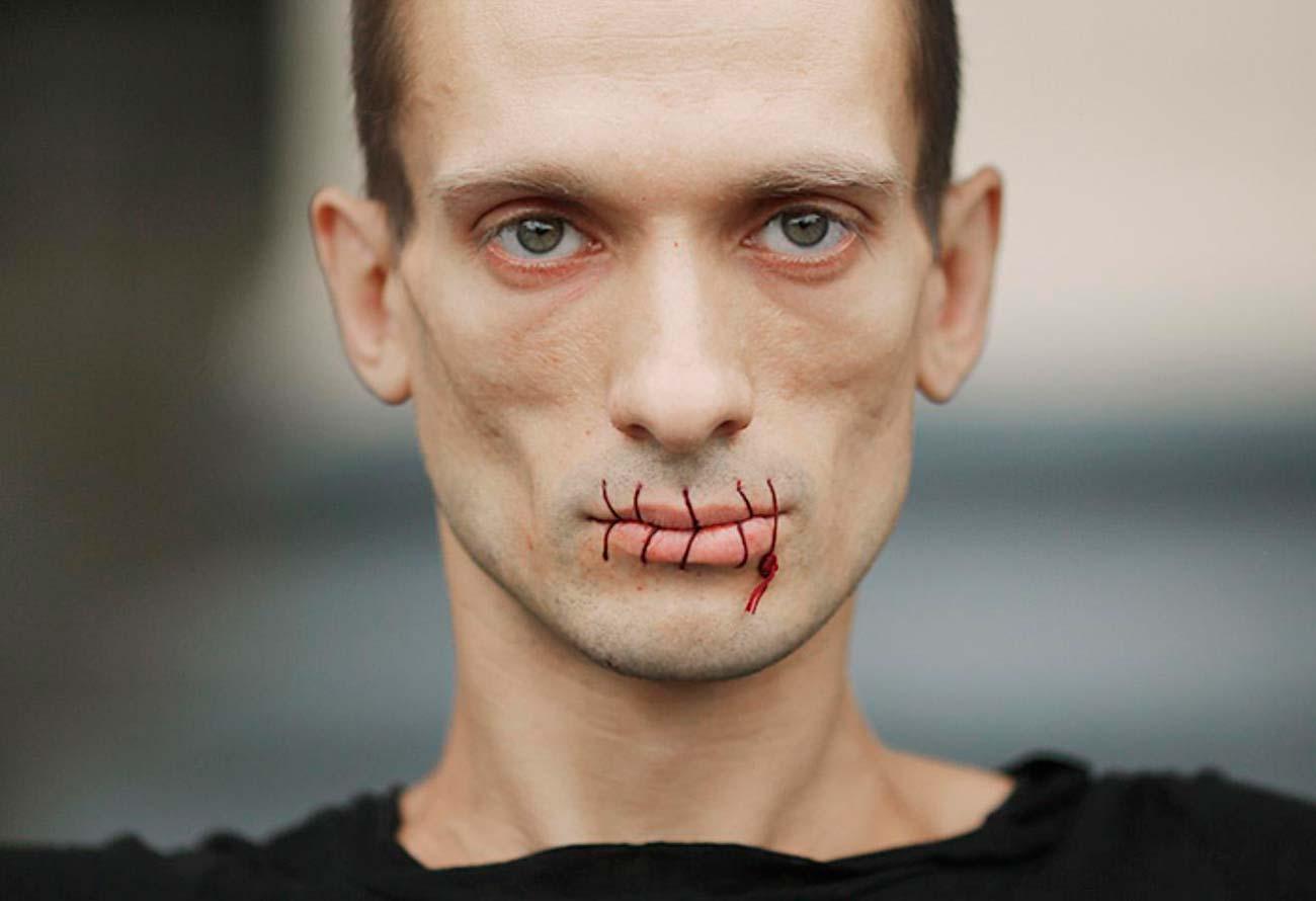 Пётр Павленский с зашитым ртом