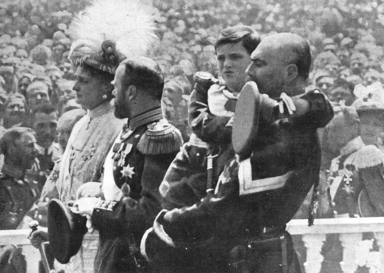 Семья Николая II вторжественной процессии