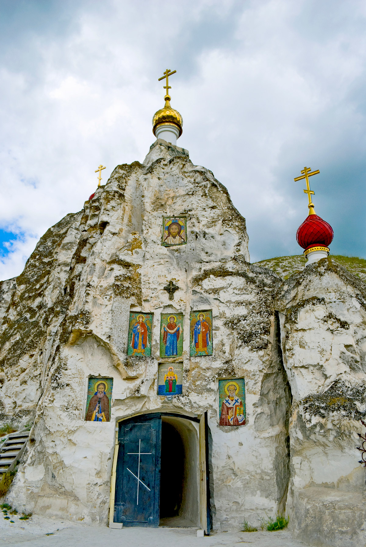 Пещерный монастырь в Костомарово