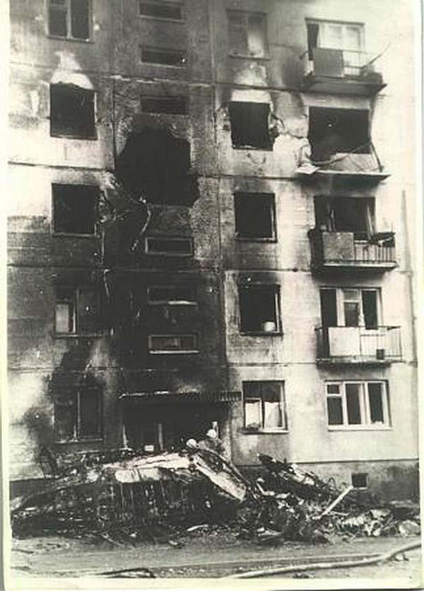 Дыра в стене дома от столкновения самолета Ан-2