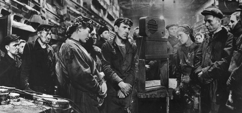 Совеские рабочие на производстве