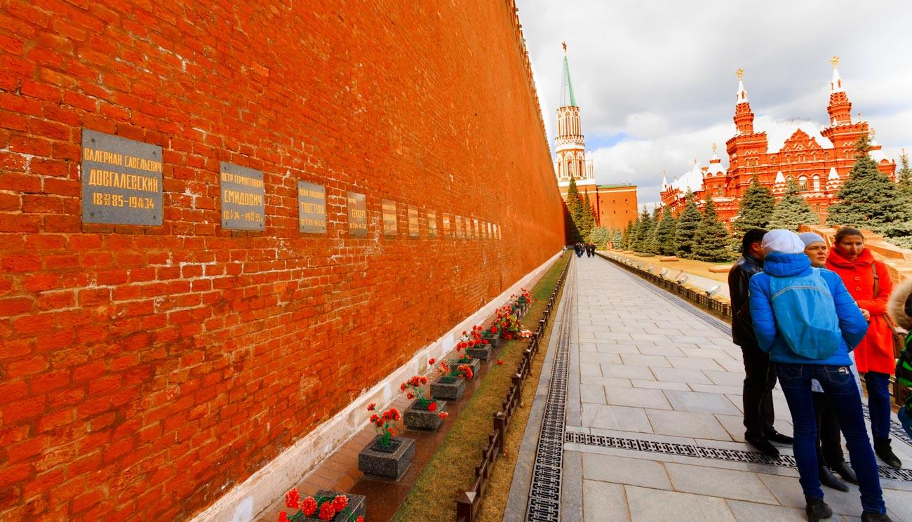 Урны с прахом в Кремлёвской стене