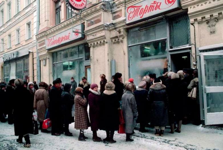 Очередь в магазин во времена СССР