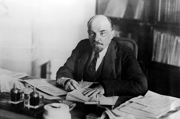 В. И. Ленин за работой