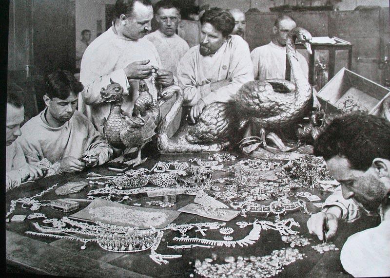 Эксперты изучают коллекции драгоценностей Романовых и Юсуповых, Москва, 1925 год.