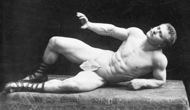 Сандов изображает скульптуру Умирающий галл