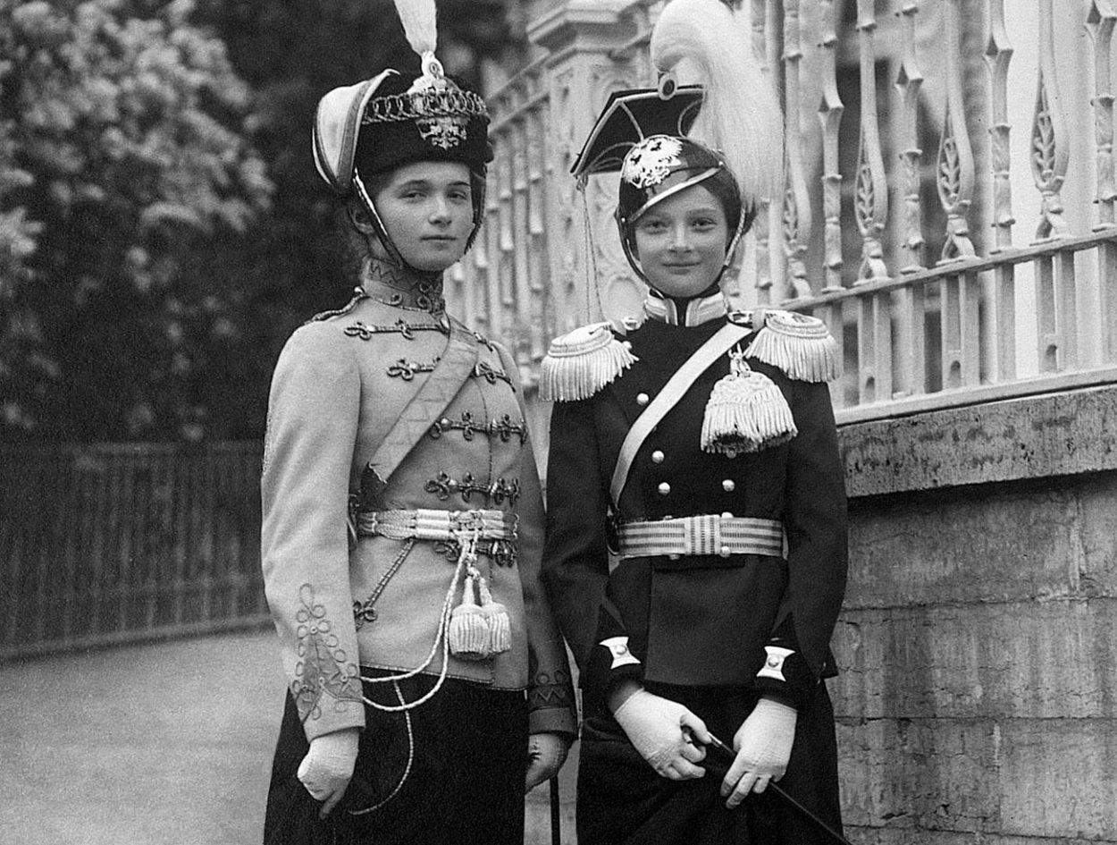 Дочери Николая II в парадных мундирах своих подшефных полков