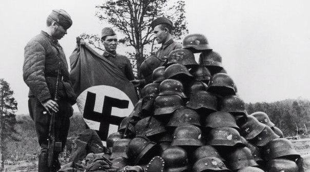 Советские солдаты с немецкими трофеями