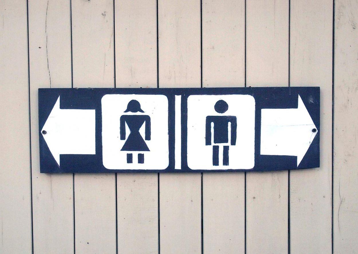 Табличка в общественном туалете
