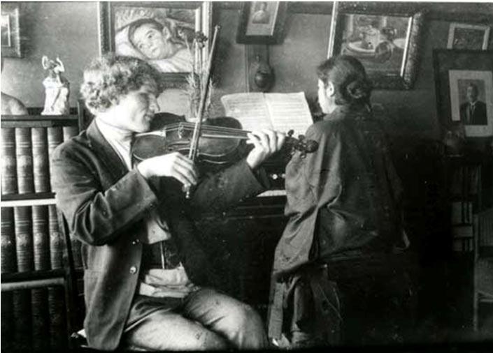 Ерошенко играет на скрипке