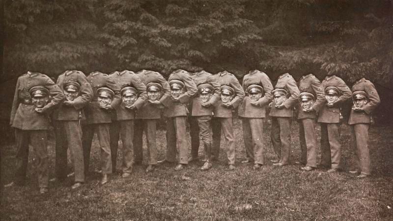Фотография военных с с головами в руках