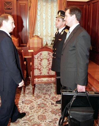 Церемония передачи «ядерного чемоданчика» Владимиру Путину. 1999 год