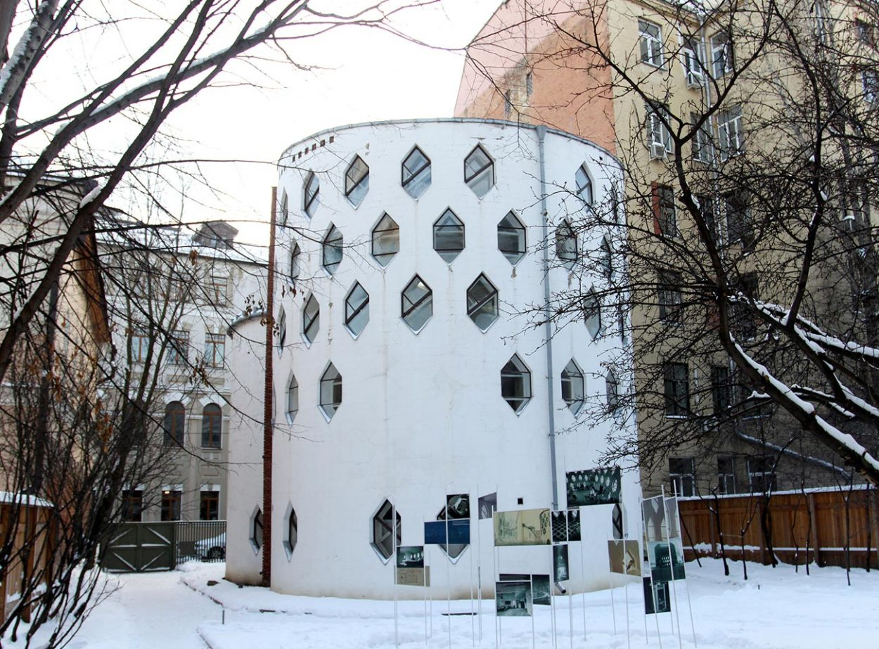Фасад дома Мельникова со стороны двора